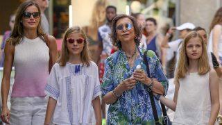 La reina Sofía acompañada por su nuera, la reina Letizia, y sus nietas por las calles de Mallorca/ Gtres
