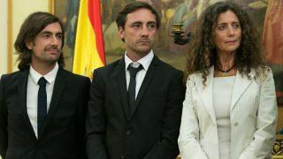 Gelete y Pablo, dos de los hijos de Ángel Nieto junto a Belinda, viuda del piloto / Gtres