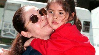Isa Pantoja, de niña, abrazada a su madre / @IsaPantojaM