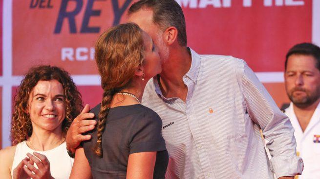 La infanta Elena, premiada por don Felipe en la entrega de trofeos de la Copa del Rey de vela