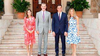 Sus Majestades los Reyes junto al presidente del Gobierno, Pedro Sánchez Pérez-Castejón, y a su esposa, en la puerta del Palacio de Marivent. / Gtres