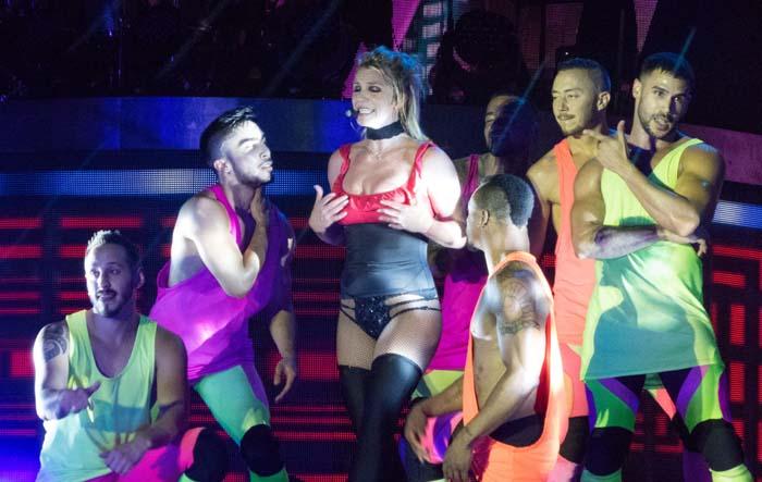 Britney Spears con sus bailarines
