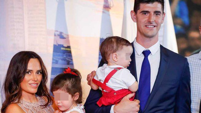 Courtois, Marta Domínguez y sus dos hijos