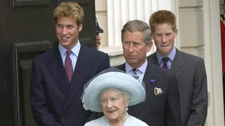 La Reina Madre con el príncipe Carlos y los príncipes Enrique y Guillermo / Gtres