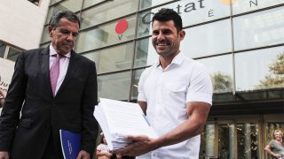 Javier Santos, junto a su abogado, Fernando Osuna, a la salida del juzgado / Gtres.