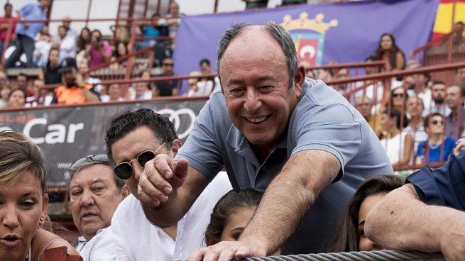 Luis Miguel Rodríguez disfruta de los toros sin su pareja, Ágatha Ruiz de la Prada