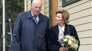 El rey Harald y la Reina Sonia de Noruega y su visita a su hogar de joventud / Gtres.