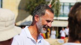 El rey Felipe muy sonriente en las regatas/Gtres