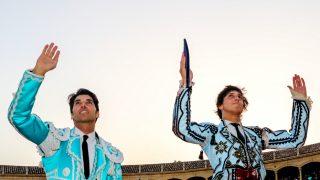 Cayetano Rivera y Roca Rey salen a hombros de la plaza de Ronda / Gtres.