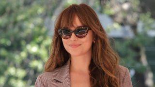 Dakota Johnson acudió al Festival de Venecia con un traje perfecto / Gtres