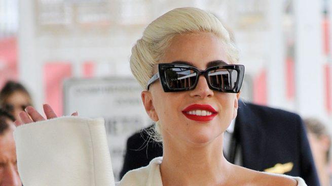 Lady Gaga en el Festival de Venecia con un look blanco