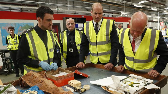El príncipe Guillermo durante una visita al Royal Mail international centre / Gtres
