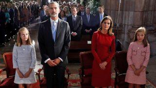 Los Reyes y sus hijas durante la misa / Gtres