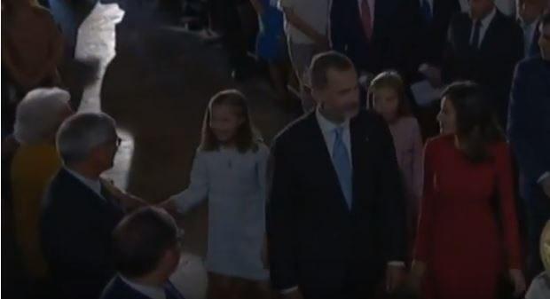 Momento en que las niñas saludan a su bisabuela Menchu