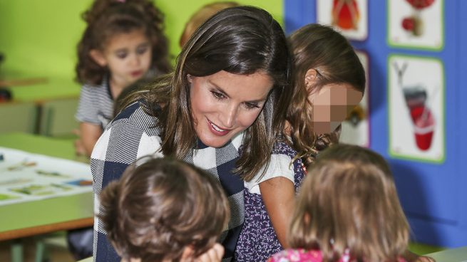 Doña Letizia, se queda 'a cuadros' en su segunda 'vuelta al cole' y estrena pendientes de 1500 euros