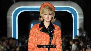 Gigi Hadid desfilando para Moschino en la Fashion Week de Milan / Gtres