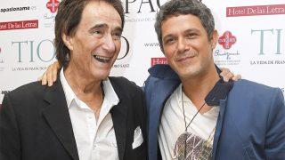 El cantante Alejandro Sanz con su tío Paco en la presentación de su libro