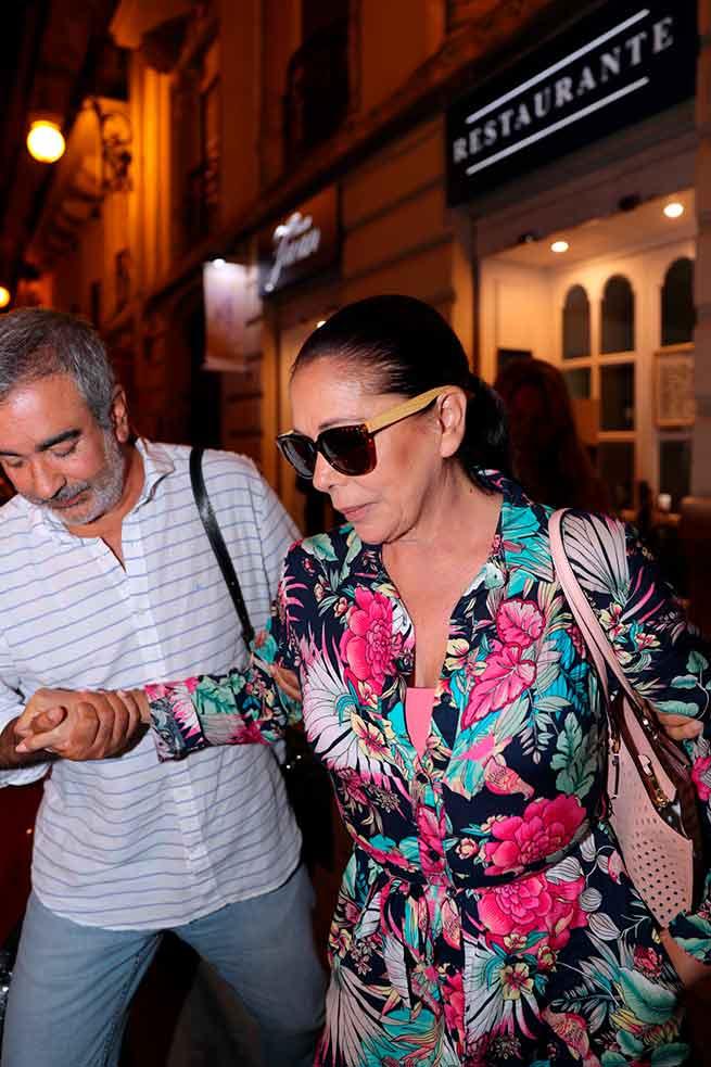 Isabel Pantoja está desconocida: sale a cenar a un restaurante y no se esconde