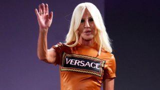 Donatella Versace durante el último desfile de la firma en Milán / Gtres