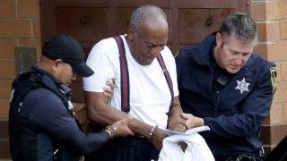 Bill Cosby escoltado por dos agentes de policía / Gtres