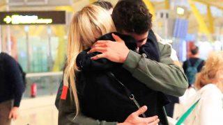 Abrazo entre Anita Matamoros y su hermano en el aeropuerto de Madrid / Gtres