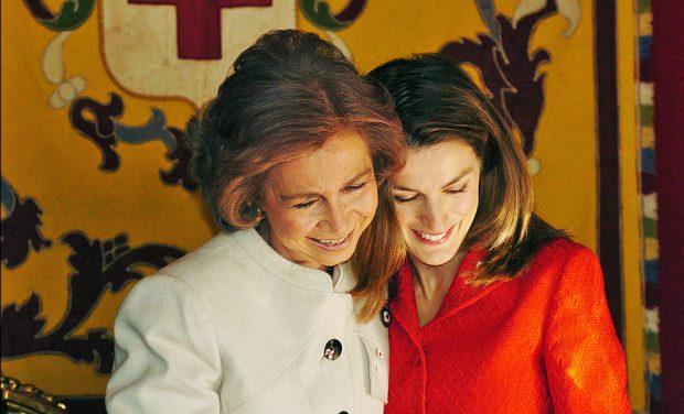 La reina Sofía y la reina Letizia en una mesa de cuestación en 2004 / Gtres