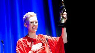Tilda Swinton, muy emocionada en el festival de Sitges / gtres