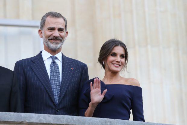 Doña Letizia eclipsa a Brigitte Macron con uno de sus looks más espectaculares y guiño a sus suegros incluido