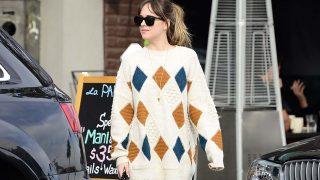 Dakota Johnson con un jersey tan bonito como abrigado / Gtres