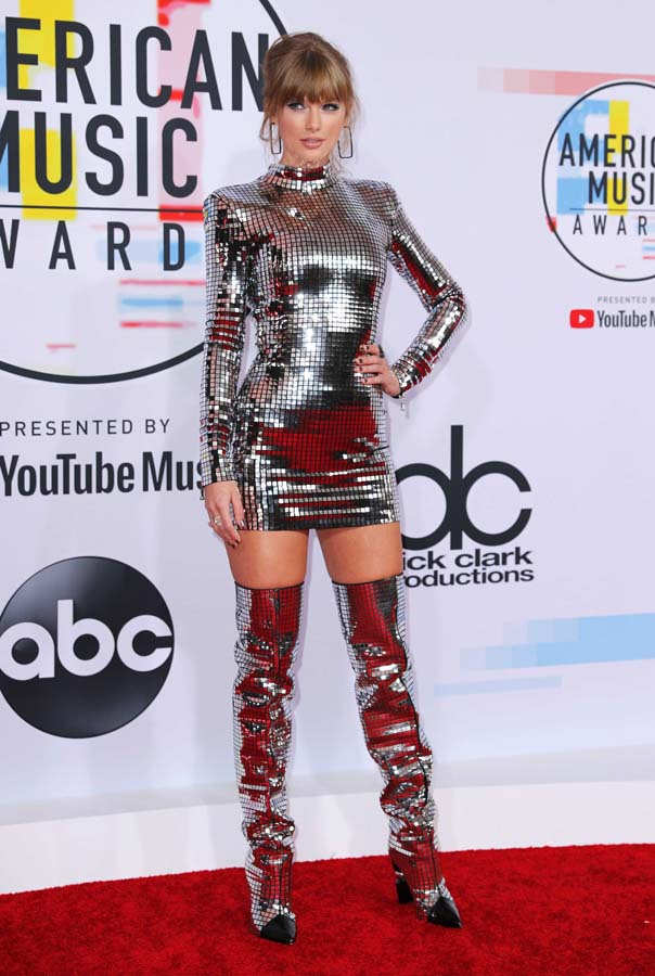 Taylor Swift deslumbra (literalmente) en los American Music Awards