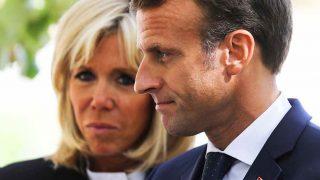 Emmanuel Macron, con su esposa Brigitte al fondo / Gtres
