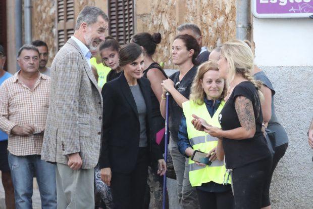 Más unidos que nunca: Los Reyes, recibidos entre aplausos en el funeral por las víctimas de la tragedia de Mallorca