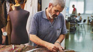 El modisto Lorenzo Caprile elaborando el vestuario del musical 'El Médico'. / Nacho Arias