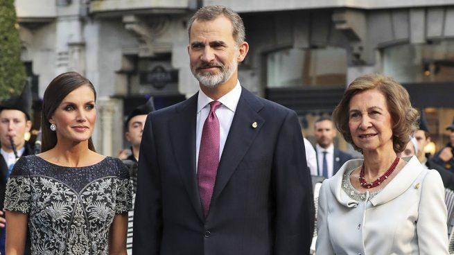 Esta es la imagen más esperada: Los Reyes reaparecen con doña Sofía en uno de sus años más complicados