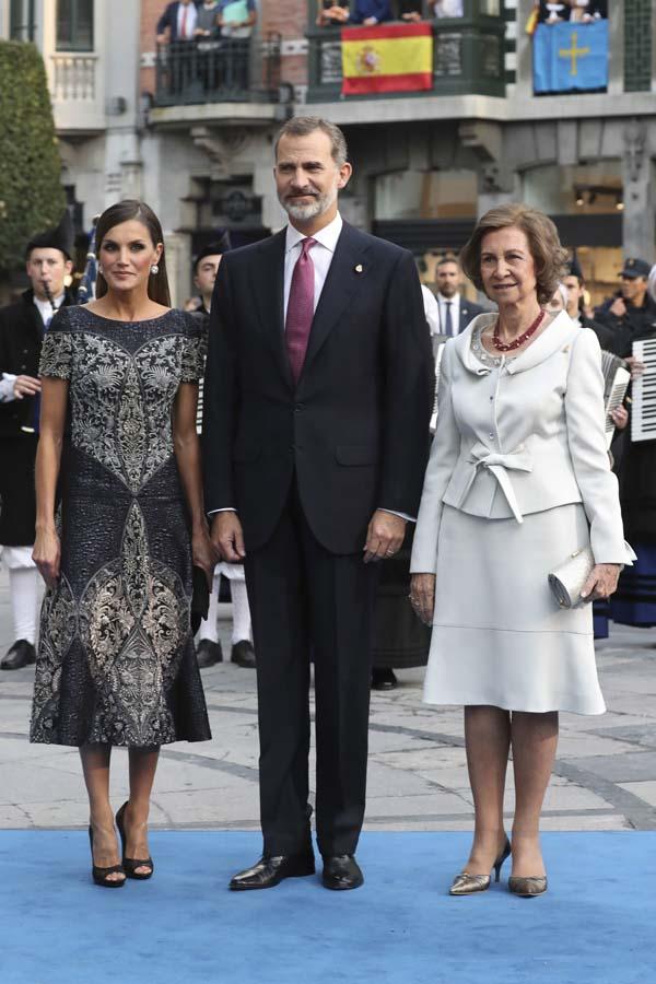 La Reina Letizia a su llegada a la ceremonia de los Premios Princesa de Asturias