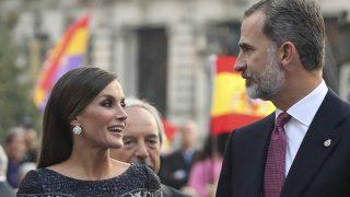 La reina Letizia y el rey Felipe a la entrada al Teatro Campoamor /Gtres