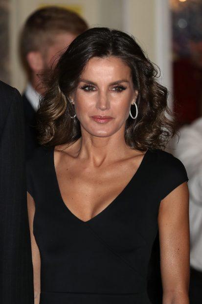 Más sexy que nunca: Doña Letizia presume de escote y estrena el bolso de las estrellas