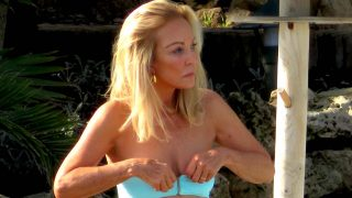 Carmen Lomana disfruta de los últimos rayos de sol en las playas de Marbella/ Gtres