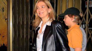 La infanta Cristina, muy sonriente a la salida del musical, acompañada de su hijo / Gtres