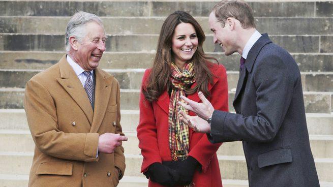 Los duques de Cambridge y el príncipe Carlos en una imagen de archivo / Gtres