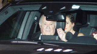 Amancio Ortega sale de su casa en La Coruña.