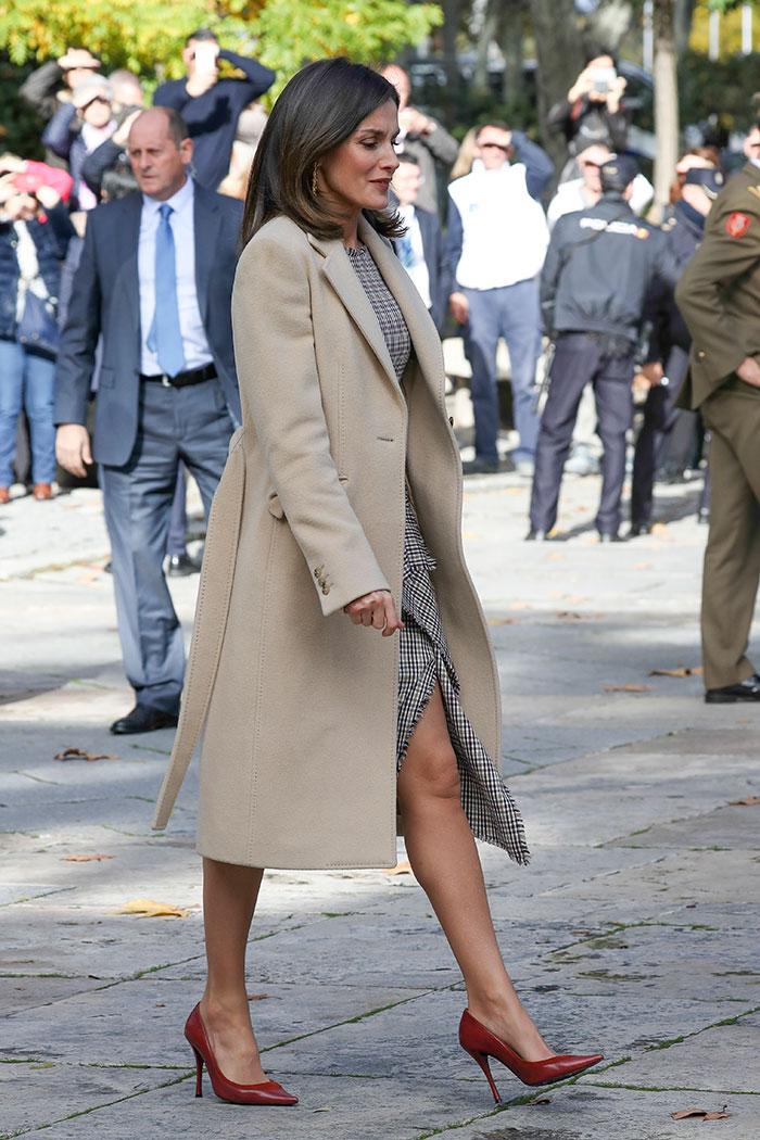 Tras su escotazo, Letizia pone el toque sexy a sus looks 'working'