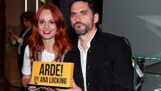 La diseñadora Ana Locking y el director Paco León en la presentación de  ARDE! BY ANA LOCKING. / Gtres