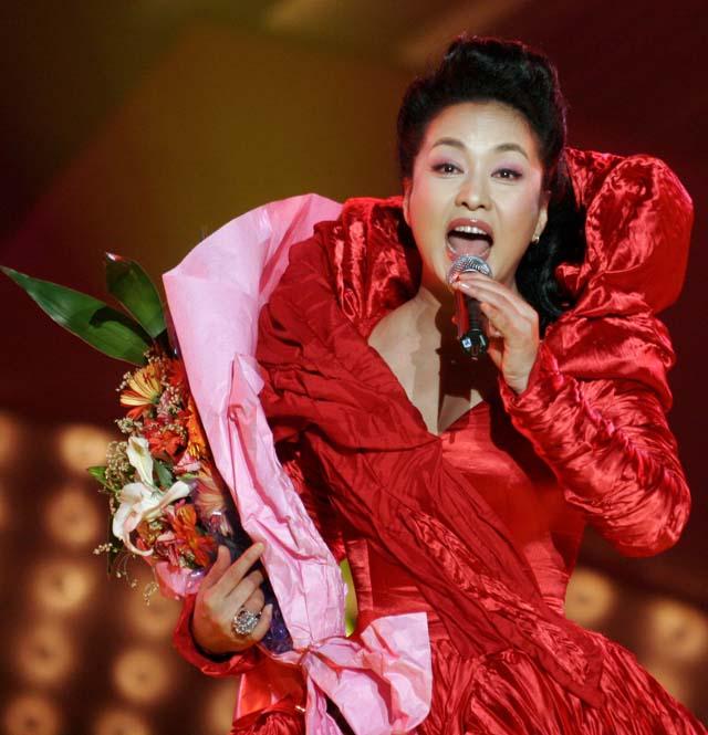 Peng Liyuan durante una actuación en 2007