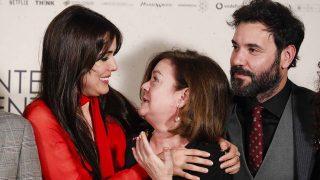 Adriana Ugarte abraza a su madre en su última presentación / Gtres