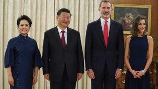 La reina Letizia y Peng Liyuan eligieron el mismo color para su primer encuentro de gala durante la visita de estado del mandatario chino / Gtres
