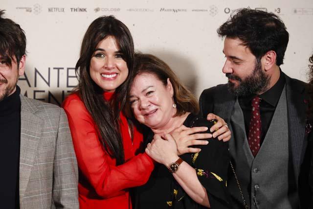 Adriana Ugarte abrazando a su madre durante el posado de 'Durante la tormenta'
