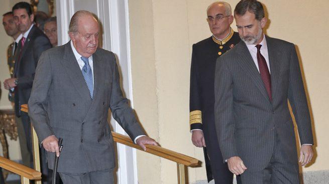 Cuando una imagen lo dice todo: El Rey muy pendiente de su padre en su reaparición oficial