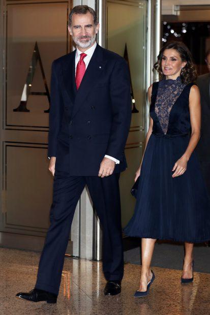 Letizia calienta el ambiente con su escote más atrevido antes de su reencuentro con el rey Juan Carlos