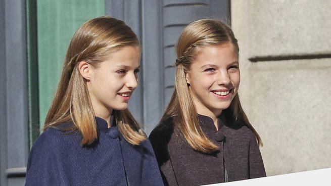 Colegialas royal: Leonor y Sofía, 'clones de uniforme' en un día histórico